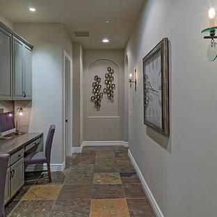 Esempio di uno studio chic di medie dimensioni con pareti beige, pavimento in travertino, nessun camino e scrivania incassata