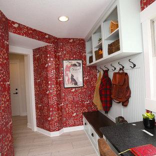 Foto di un piccolo studio country con pareti rosse, pavimento con piastrelle in ceramica e scrivania incassata