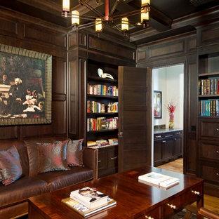 オーランドのトラディショナルスタイルのおしゃれな書斎 (茶色い壁、無垢フローリング) の写真