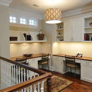 Klassisches Arbeitszimmer mit beiger Wandfarbe, dunklem Holzboden und Einbau-Schreibtisch in Chicago