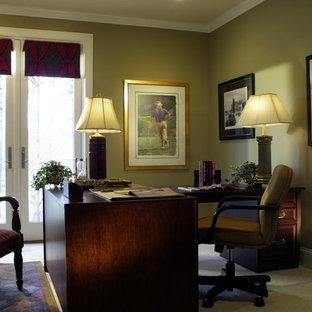アトランタの中サイズのトラディショナルスタイルのおしゃれな書斎 (緑の壁、カーペット敷き、自立型机) の写真