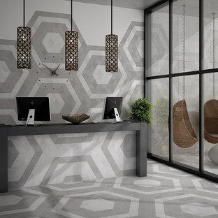 Esempio di un ampio ufficio minimalista con pareti bianche, pavimento in gres porcellanato, nessun camino e scrivania autoportante