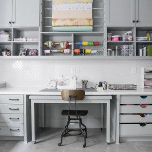 Idéer för vintage hobbyrum, med betonggolv, ett inbyggt skrivbord och grått golv