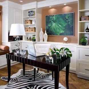 Modern inredning av ett stort arbetsrum, med bruna väggar, mörkt trägolv, ett fristående skrivbord och brunt golv