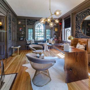 リッチモンドのトランジショナルスタイルのおしゃれなホームオフィス・仕事部屋 (黒い壁、無垢フローリング、標準型暖炉、自立型机) の写真