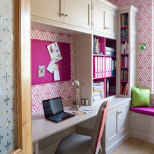 Idéer för små vintage hemmabibliotek, med rosa väggar, mellanmörkt trägolv och ett inbyggt skrivbord