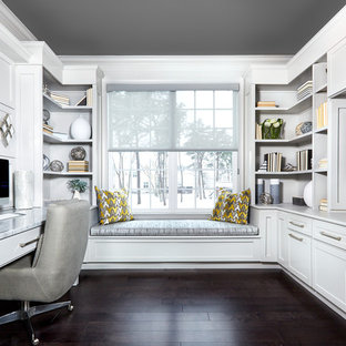 フィラデルフィアのトランジショナルスタイルのおしゃれな書斎 (白い壁、濃色無垢フローリング、暖炉なし、造り付け机、茶色い床) の写真