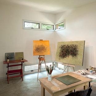 Idéer för små funkis hemmastudior, med betonggolv, vita väggar, ett fristående skrivbord och grått golv