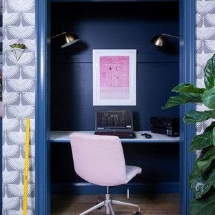 他の地域の小さいカントリー風おしゃれな書斎 (造り付け机、茶色い床、マルチカラーの壁、暖炉なし、濃色無垢フローリング) の写真