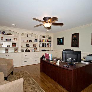 アトランタの中サイズのトランジショナルスタイルのおしゃれな書斎 (緑の壁、無垢フローリング、造り付け机) の写真
