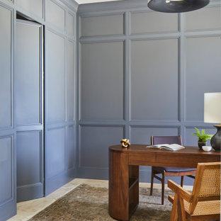 Kleines Klassisches Arbeitszimmer mit Arbeitsplatz, grauer Wandfarbe, Travertin, Einbau-Schreibtisch, beigem Boden und Tapetendecke in Sonstige