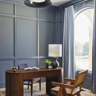 他の地域の小さいトランジショナルスタイルのおしゃれな書斎 (グレーの壁、トラバーチンの床、ベージュの床、自立型机、パネル壁) の写真