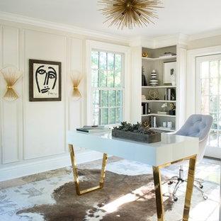ニューヨークの中くらいのコンテンポラリースタイルのおしゃれな書斎 (白い壁、セラミックタイルの床、自立型机) の写真