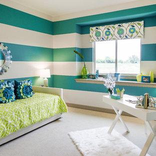 Ispirazione per uno studio design con pareti multicolore, moquette e scrivania autoportante