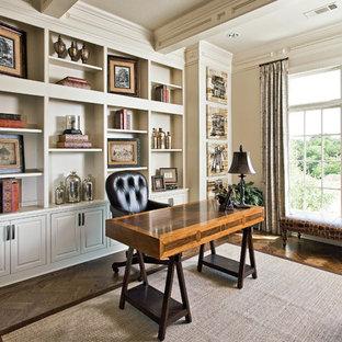 Foto på ett vintage hemmabibliotek, med vita väggar, mörkt trägolv, ett fristående skrivbord och brunt golv