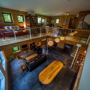オタワの広いラスティックスタイルのおしゃれなアトリエ・スタジオ (ベージュの壁、無垢フローリング、自立型机、ベージュの床) の写真