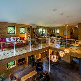Esempio di un grande atelier rustico con pareti beige, pavimento in legno massello medio, scrivania autoportante e pavimento beige