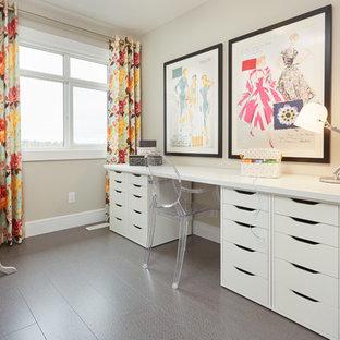エドモントンのトランジショナルスタイルのおしゃれなクラフトルーム (グレーの壁、コルクフローリング) の写真