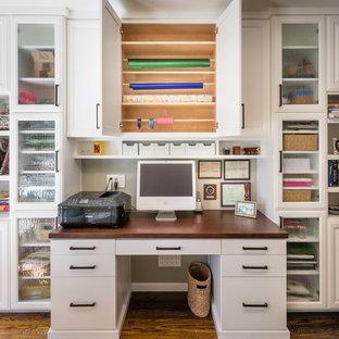 Idéer för vintage hobbyrum, med grå väggar, mörkt trägolv och ett inbyggt skrivbord