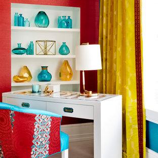 Exempel på ett mellanstort modernt arbetsrum, med rosa väggar, vinylgolv och ett fristående skrivbord