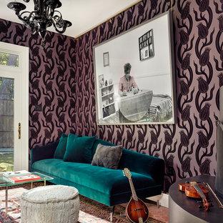 Idee per uno studio design con pareti viola e pavimento in terracotta