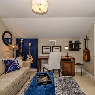 Kleines Klassisches Arbeitszimmer ohne Kamin mit Studio, beiger Wandfarbe, Teppichboden und freistehendem Schreibtisch in Philadelphia