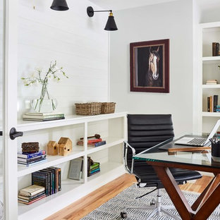 Idee per un ufficio country di medie dimensioni con pareti bianche, scrivania autoportante, pavimento marrone, parquet chiaro e nessun camino