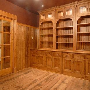 Ispirazione per un ufficio country di medie dimensioni con pareti marroni, pavimento in legno massello medio, camino classico, cornice del camino in mattoni e pavimento marrone