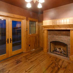 Foto di un ufficio country di medie dimensioni con pavimento in legno massello medio, camino classico, cornice del camino in mattoni, pareti marroni e pavimento marrone