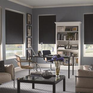 Mittelgroßes Klassisches Arbeitszimmer ohne Kamin mit grauer Wandfarbe, Teppichboden, freistehendem Schreibtisch und grauem Boden in Sonstige