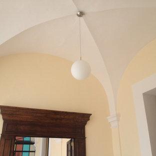 Idee per un ampio ufficio chic con pareti multicolore, pavimento con piastrelle in ceramica e pavimento multicolore