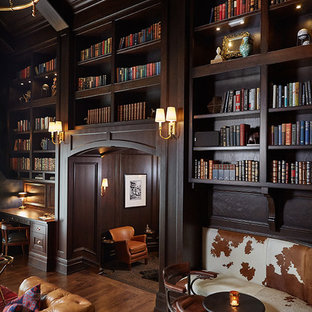 Foto di un ampio ufficio tradizionale con pareti marroni, scrivania incassata e parquet scuro