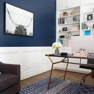 Idee per un ufficio chic di medie dimensioni con pareti blu, pavimento in legno massello medio, scrivania autoportante e pavimento marrone