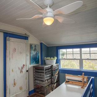 ポートランドの小さいエクレクティックスタイルのおしゃれなクラフトルーム (青い壁、塗装フローリング、暖炉なし、自立型机、ベージュの床) の写真
