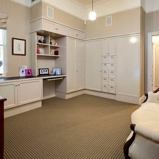 Immagine di un ampio ufficio chic con pareti beige, moquette, nessun camino, scrivania incassata e pavimento multicolore