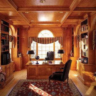 На фото: кабинет в классическом стиле с