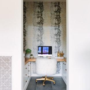 Modelo de despacho costero, pequeño, sin chimenea, con paredes multicolor, escritorio empotrado y suelo gris