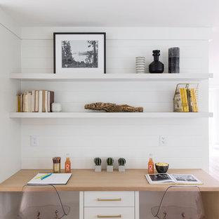サンフランシスコのカントリー風おしゃれなホームオフィス・書斎 (白い壁、淡色無垢フローリング、造り付け机、ベージュの床) の写真