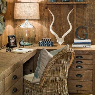 Immagine di un piccolo ufficio stile rurale con pareti marroni, pavimento con piastrelle in ceramica, nessun camino e scrivania incassata