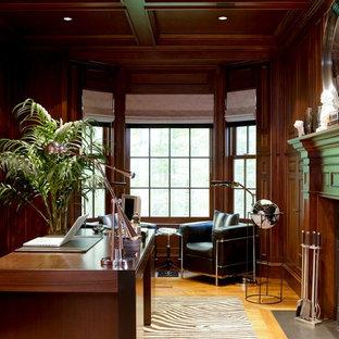 Esempio di un grande ufficio tradizionale con pavimento in legno massello medio, camino classico, cornice del camino in legno e scrivania autoportante