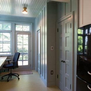 フィラデルフィアの中くらいのトランジショナルスタイルのおしゃれな書斎 (グレーの壁、コルクフローリング、暖炉なし、造り付け机) の写真
