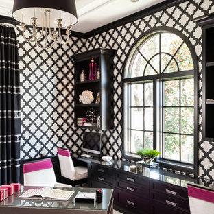 マイアミのトランジショナルスタイルのおしゃれな書斎 (マルチカラーの壁、大理石の床、造り付け机、ベージュの床) の写真