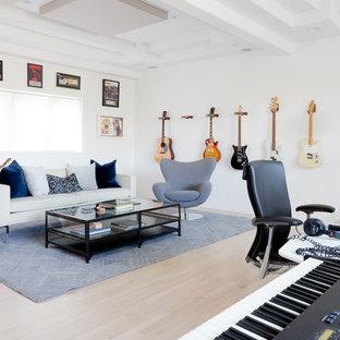 ロサンゼルスの中サイズのミッドセンチュリースタイルのおしゃれなアトリエ・スタジオ (白い壁、淡色無垢フローリング、暖炉なし、自立型机) の写真