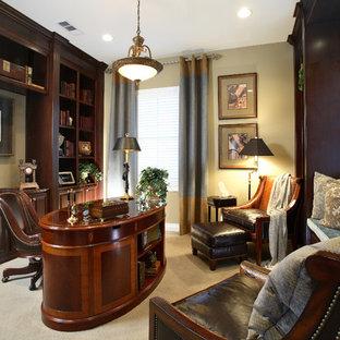 サンフランシスコの中サイズのトラディショナルスタイルのおしゃれな書斎 (ベージュの壁、カーペット敷き、暖炉なし、自立型机、ベージュの床) の写真