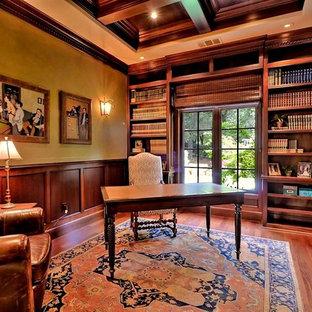 サンフランシスコの大きいトラディショナルスタイルのおしゃれなホームオフィス・書斎 (ライブラリー、緑の壁、無垢フローリング、自立型机、茶色い床) の写真