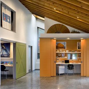 Идея дизайна: кабинет в современном стиле с бетонным полом и серым полом