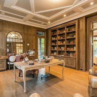 ニューヨークの大きいカントリー風おしゃれな書斎 (茶色い壁、淡色無垢フローリング、暖炉なし、自立型机、茶色い床) の写真