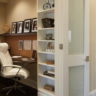 Foto di un piccolo studio design con pareti marroni, parquet scuro, scrivania incassata e pavimento marrone