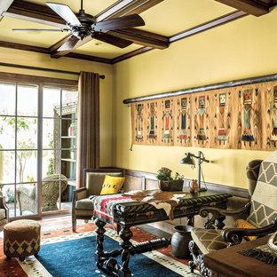 Ispirazione per un ufficio stile americano con pareti gialle e scrivania autoportante