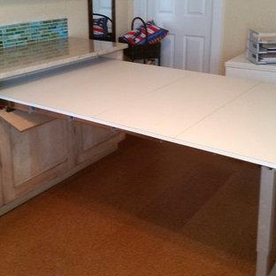 Réalisation d'un bureau champêtre de taille moyenne avec un mur beige et un sol en liège.